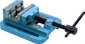Blauer Bohrmaschinenschraubstock von Röhm mit 140 Millimeter breitenSpannbacken.