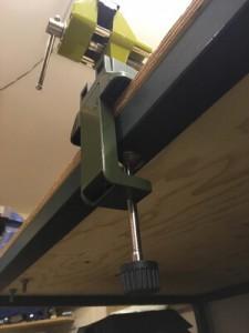 Mittels Schraubklemme montierter Mini Schraubstock von Proxxon.