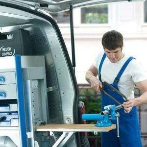 Man sägt ein Rohr zu, welches Im Heuer Compact Schraubstock 120 mm eingespannt ist. Der Schraubstock wird mobil im Auto mittels klappbarer Werkbank genutzt.