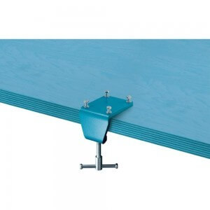 Heuer Schraubstock Tischklammer 120 mm ist an einer Tischfläche befestigt.