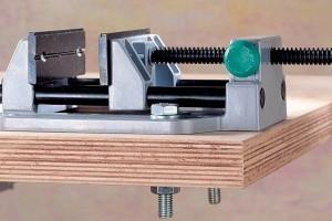 Maschinenschraubstock auf Holz-Werkbank befestigt
