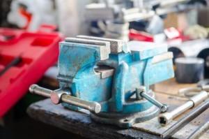 Schraubstock drehbar auf der Werkbank befestigt