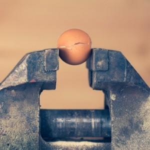 Guter Schraubstock zerbricht eingespanntes Ei.