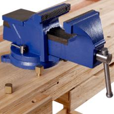 Timbertech Schraubstock auf einer Holzwerkbank befestigt.