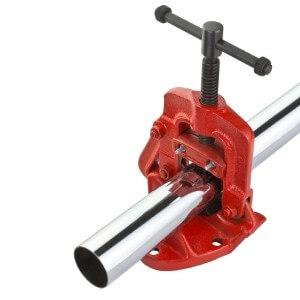 Roter Sanitär Rohrschraubstock mit 2-Zoll Rohraufnahme von DEMA.