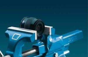 Typ-Fi-Filz-Schutzbacken von Heuer mit eingeklemmten Kameraobjektiv