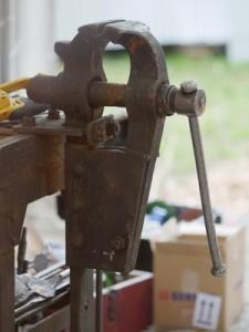 Rostiger Flaschenschraubstock in einer Schmiedewerkstatt