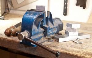 Parallel Schraubstock für Werbank mit Stück Metall
