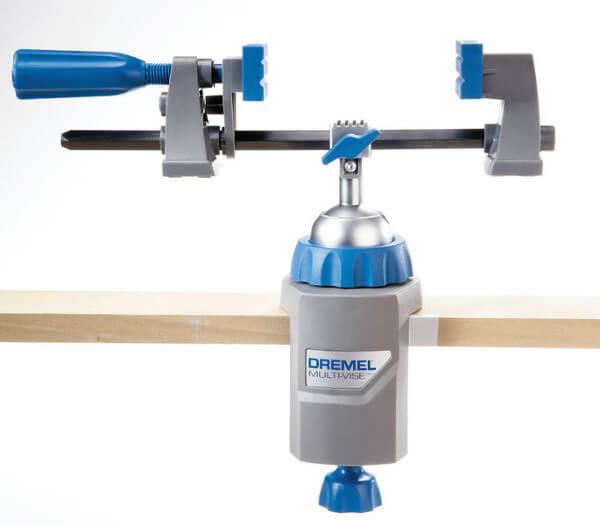 Dremel Multifunktionsschraubstock auf Holztisch befestigt