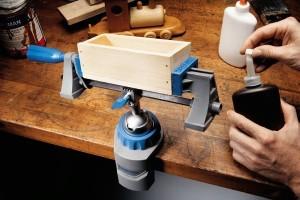 Schraubstock von Dremel mit eingespanntem Holz-Werkstück